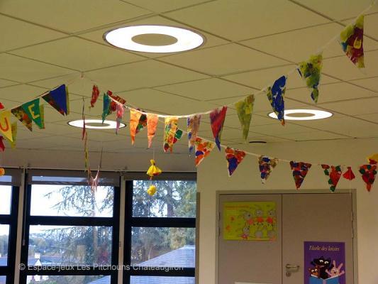 Une frise de drapeaux peints par les enfants